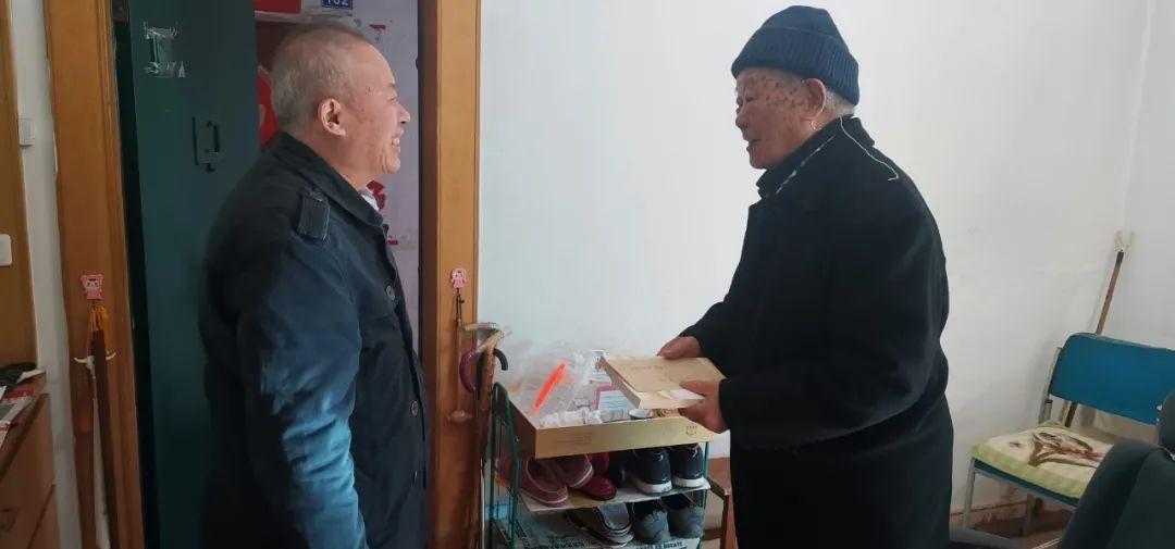 六盘水市商务局开展重阳节送温暖慰问活动