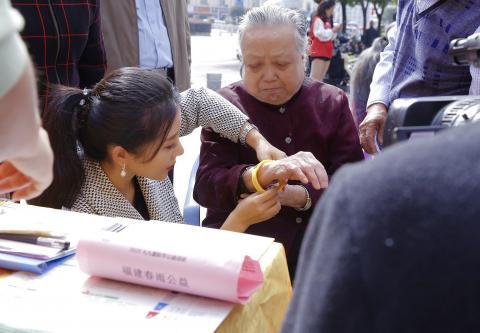 演员罗梓丹九九重阳节不忘践行公益事业 宣讲黄手环相关知识