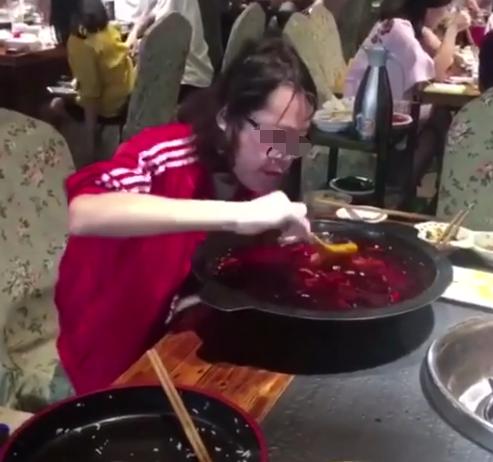 女子独自吃火锅,将菜一扫而空后,随后发生的事情,使人不淡定了