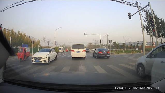 视频:改款奔驰C发动机盖子有行人保护了