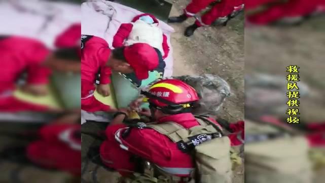进山游玩小腿骨折,救援队紧急施救下山就医