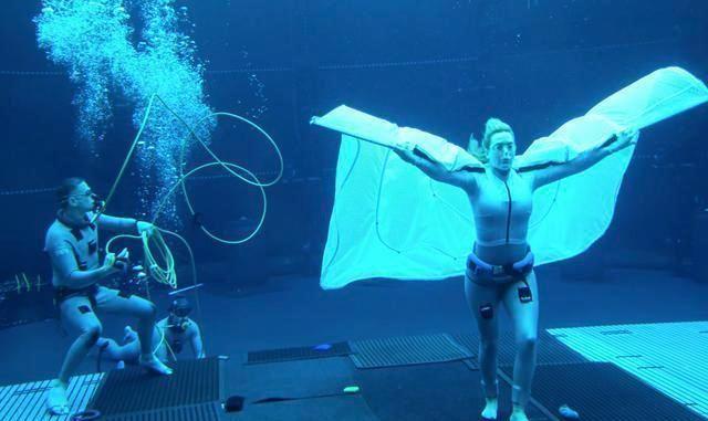 阿凡达2拍水中戏,温丝莱特在水下扬起披风,自曝能憋气7分钟