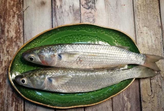 红腐乳乌鲻鱼,腐乳发酵的风味,渗入到鲻鱼里,甘甜咸香,真要命