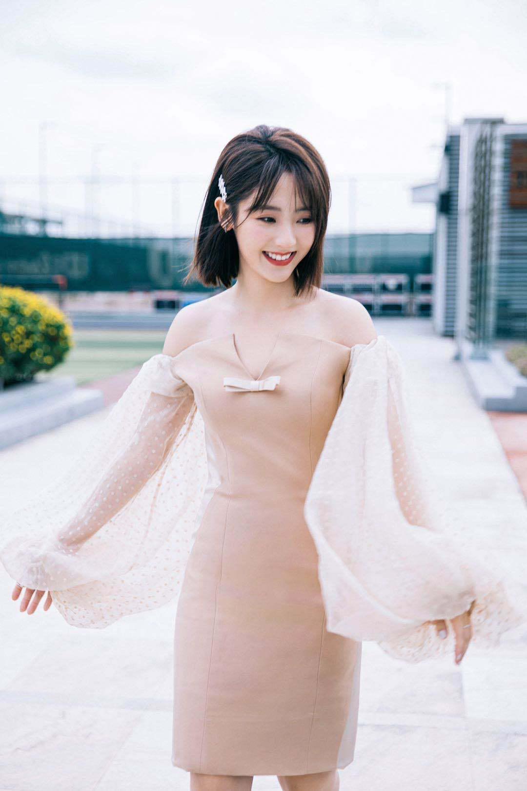 邢菲V视界大会活动照发布,一袭露肩修身短裙,搭配五角星发卡……