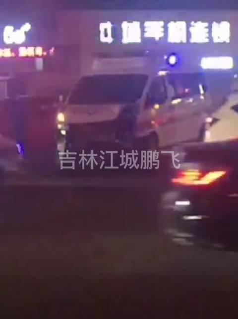 吉林市桃源路着火现场路口私家车怼救护车上了……
