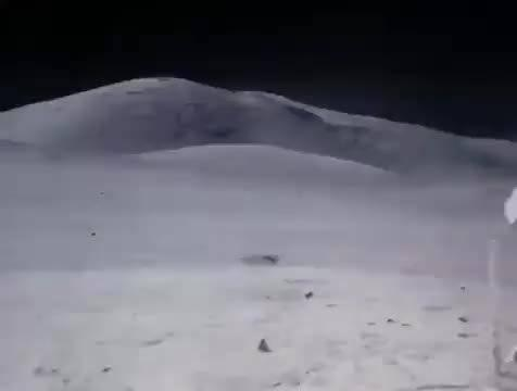 原来当宇航员在月球表面行走的影像……