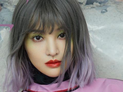 郑爽终于剪短发,染灰粉渐变色搭配绿眼影,却被评价像不良少女
