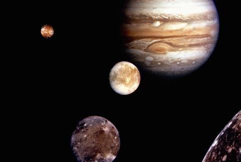 为什么木星有 79 个卫星,而地球只有一个?