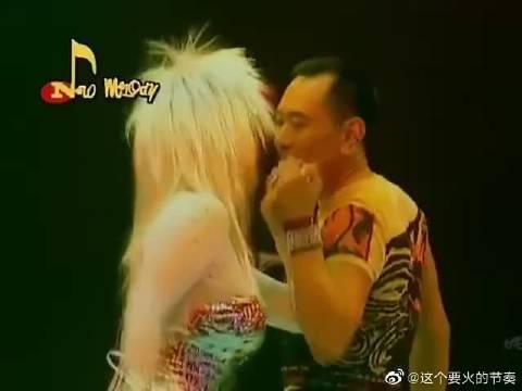 罗文&甄妮合唱《铁血丹心》你唱你的……