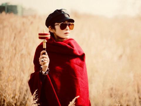 张敏越老越漂亮,包着大披肩配报童帽去旅游,52岁仍是万人迷