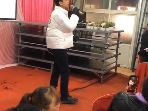 邓超参加农村婚宴,上台表演热情献唱,台下观众反应冷淡无人捧场