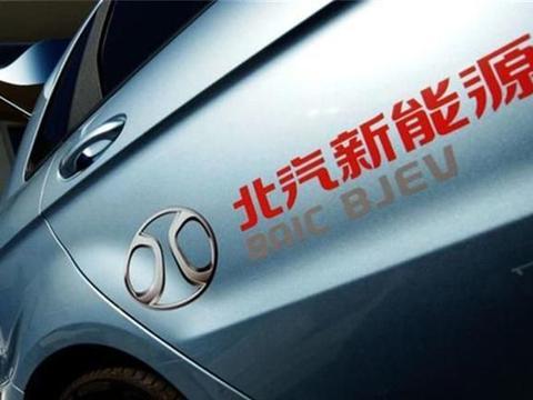 北京某路段堵车,一辆北汽新能源火了,燃油车车主感觉被挑衅!