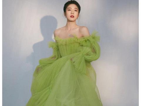 张雪迎青提绿公主裙让人赏心悦目,树莓点缀锁骨别具巧思