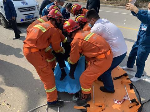 一男子坠落悬崖 嘉祥消防急救援
