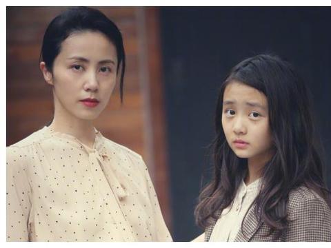 黄磊大女儿多多与何炅合作,近照曝光后,与妈妈孙莉越来越像