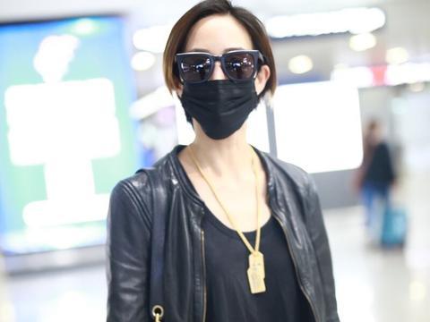 张钧甯短发现身机场帅气十足,皮衣一身黑时髦潮酷