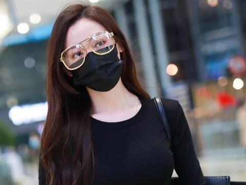 张天爱机场尽显苗条身材!简约黑白装也能穿得这么好看