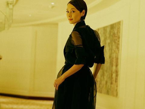 44岁马伊琍太惊艳!穿黑纱裙时尚又大气,配油头发型很有国际范