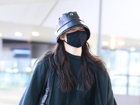 欧阳娜娜深夜现身机场赶路程,一袭黑色系有些高冷范