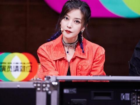《演员》赵薇炫酷亮相,红色工装配羊角辫率性娇俏,44岁依旧少女