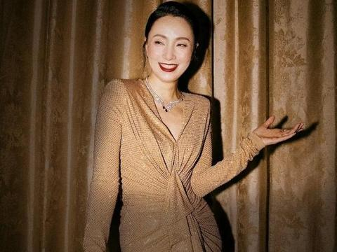 入乡随俗!48岁陶虹穿礼服裙打麻将,金色长裙下勾勒出丰腴身材