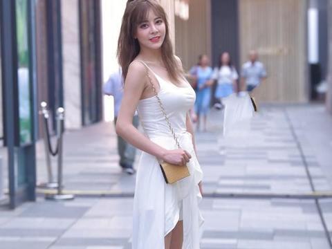 时尚穿搭:白色吊带连衣裙,搭配透明凉鞋,尽显女性韵味