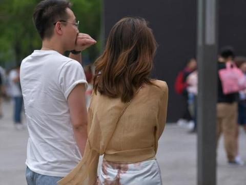 长款针织薄衫搭配修身短裙,明艳端庄,笑容迷人