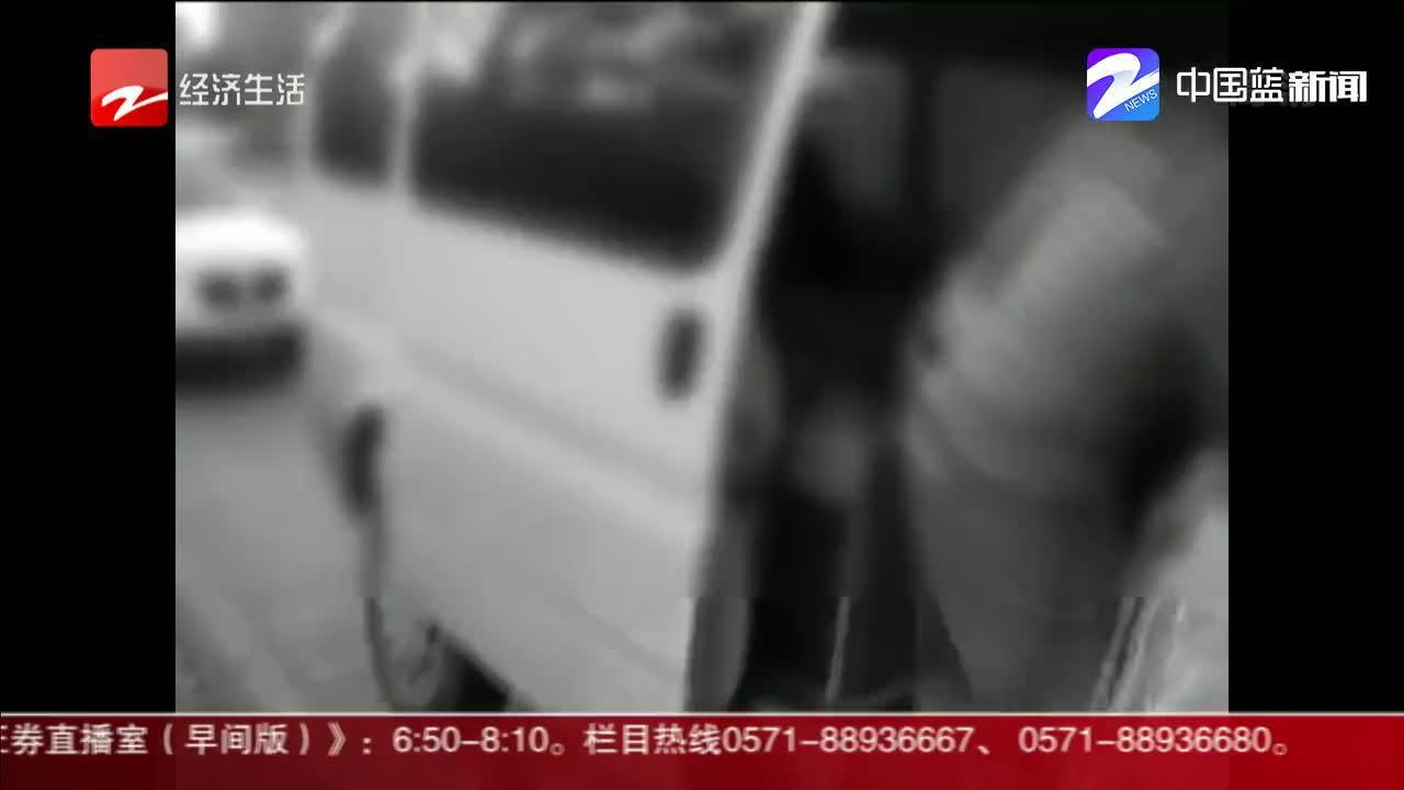 荷载6人面包车坐了32人  交警都震惊了