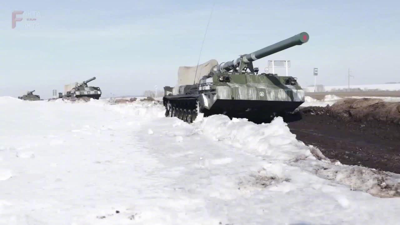 俄军2S7M自行火炮射击训练