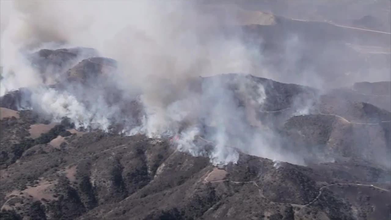 加州橙县突发大火 6万人被迫撤离 两名消防员重伤