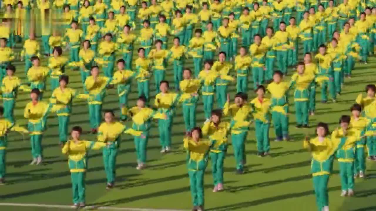 """衡水1600余名小学生齐跳韵律操 航拍镜头下像""""阅兵""""般整齐"""