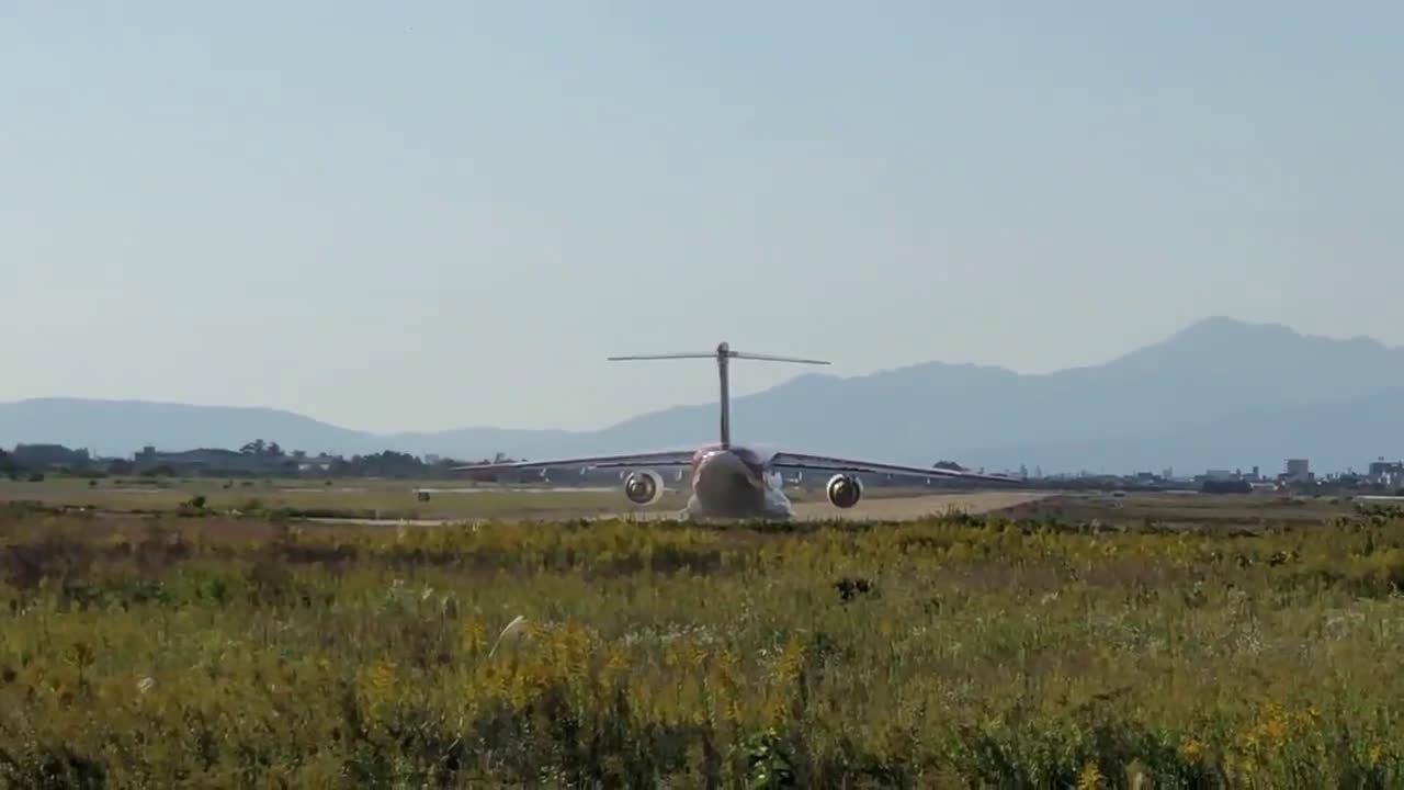 日本C-2运输机201号原型机在岐阜基地进行未铺装跑道滑行测试
