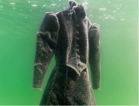 艺术家将长袍浸泡在死海中,两年后来取走,成品惊艳四座