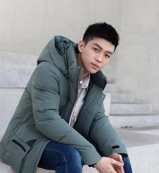 组图:年轻帅气的小哥哥,时尚穿搭,秋冬款最好看的男装太有型!