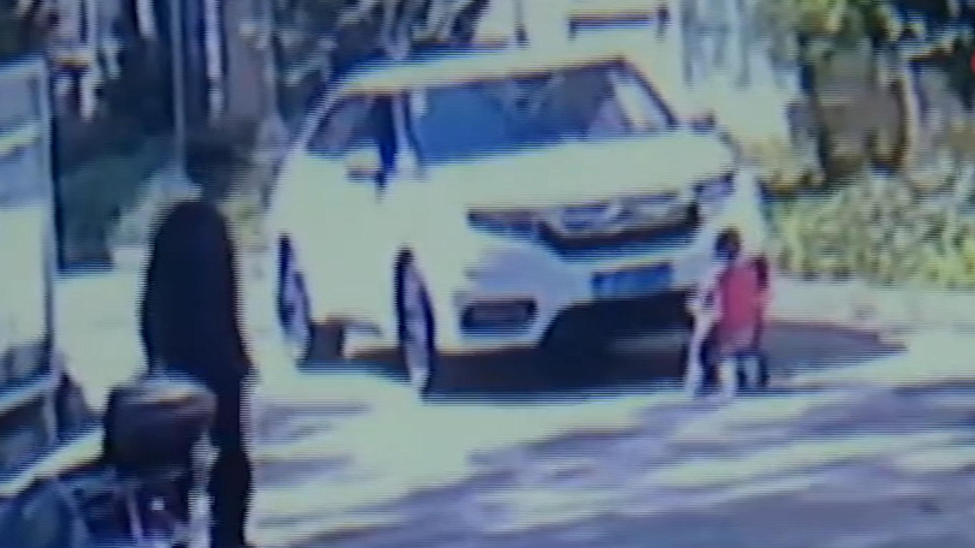 车刚进小区,熊孩子骑车突然窜出冲向车头,司机狂踩刹车惊出冷汗