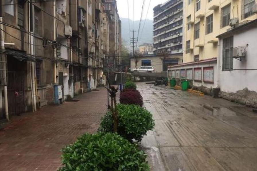 """北京一处城中村,街道杂乱,鱼龙混杂,被称""""成年人的世界"""""""