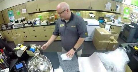 美国一快递员花4年找到包裹主人,主人打开包裹瞬间泪目!