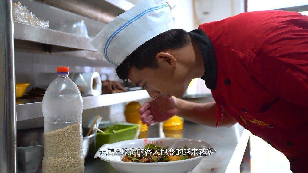 香锅店员的幸福生活 艾麦尔艾力是麻辣香锅店的店员……