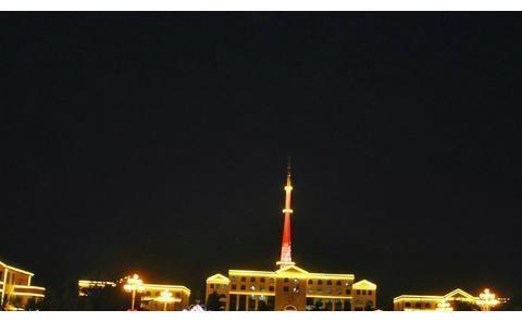 晚上,乳山市政府广场大红灯笼高高挂灯火通明