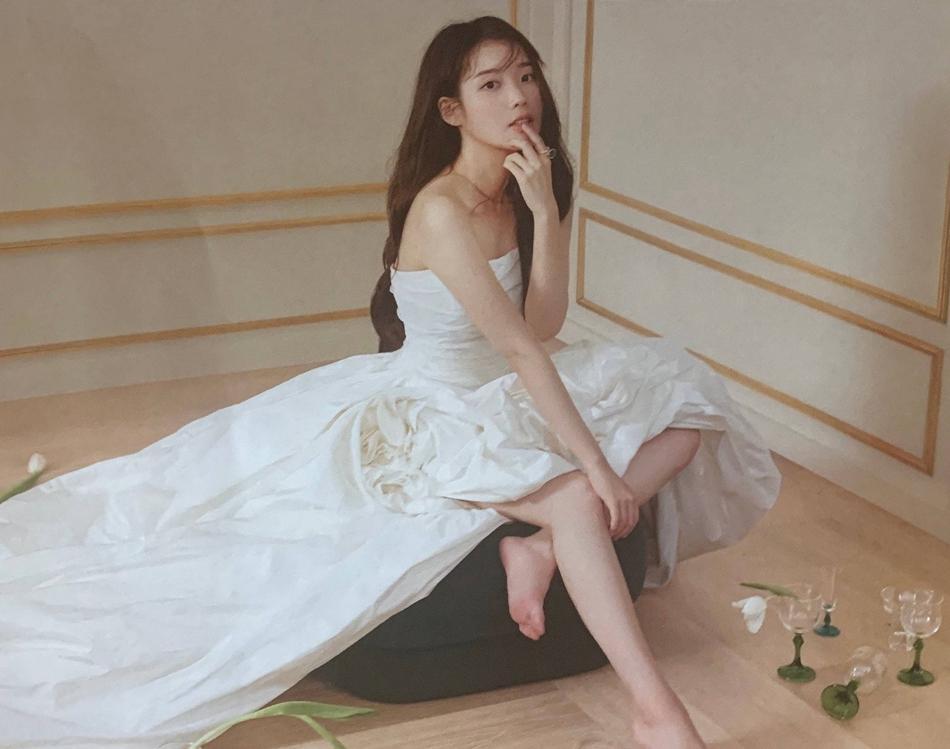 IU最新杂志大片曝光 身穿白色洋装甜笑似精灵