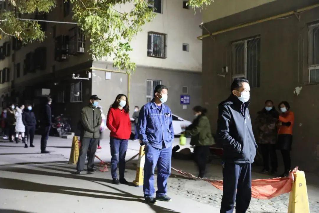 社区住民分批次下楼采样图据古城喀什