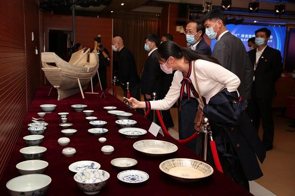 """中国航海博物馆新增一批珍贵藏品 100件清代沉船""""泰兴号""""出水瓷器入藏"""