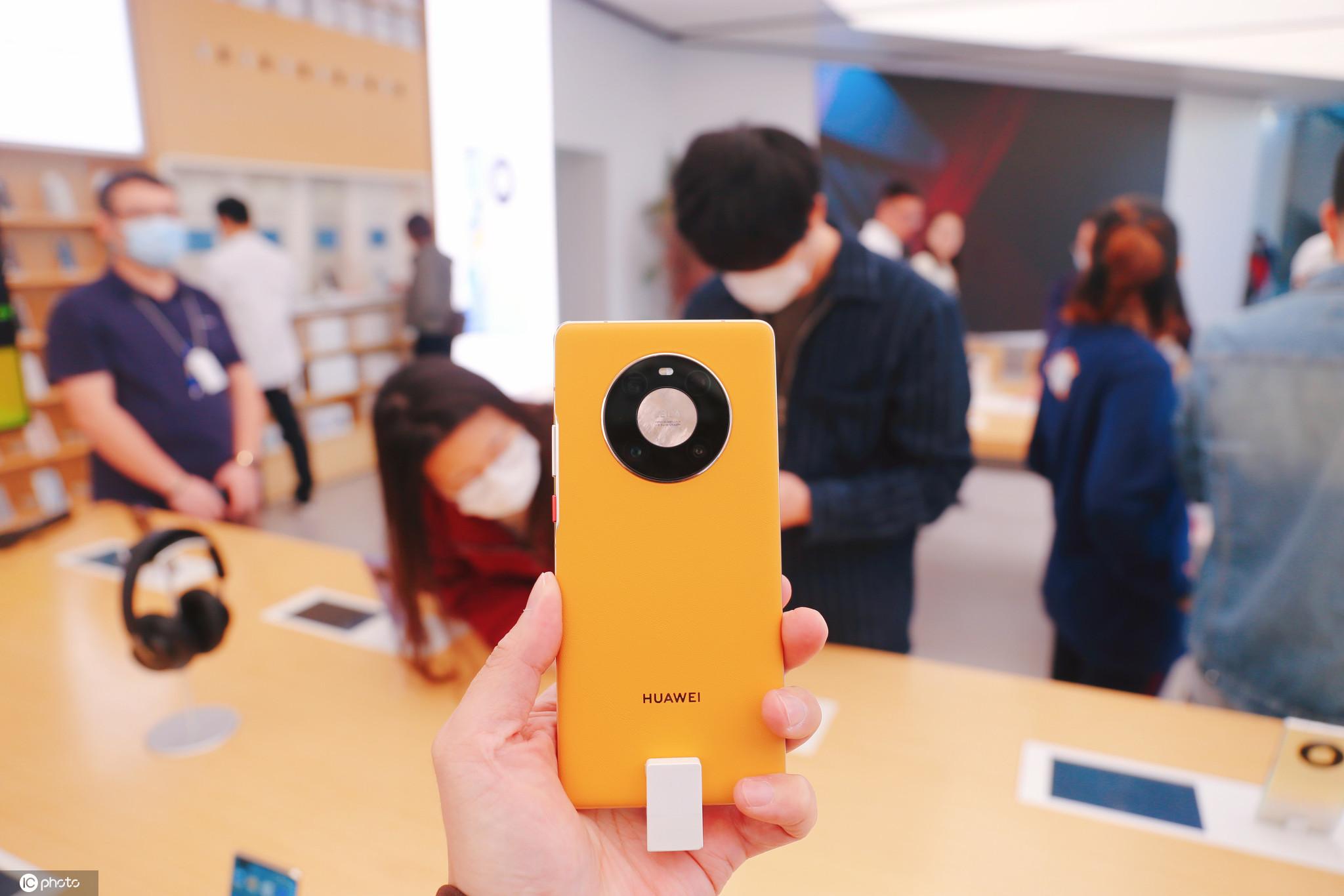 华为5G智能手机Mate40预售火爆消费者专卖店争相体验真机性能