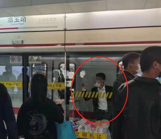 惊险!上海地铁一男子被夹在屏蔽门与列车中间...官方还原事发经过→
