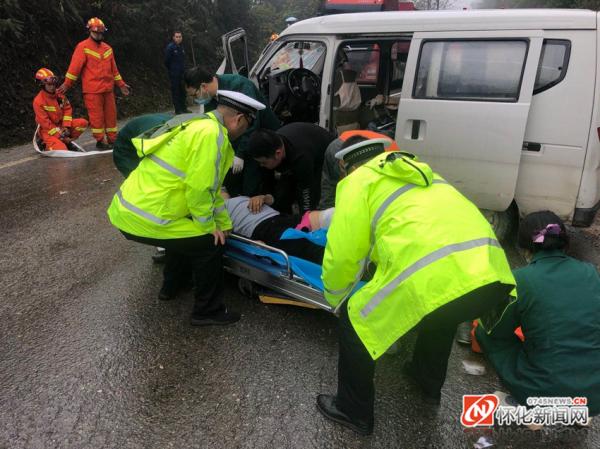 面包车驾驶人被卡驾驶室  交警消防医护紧急救援