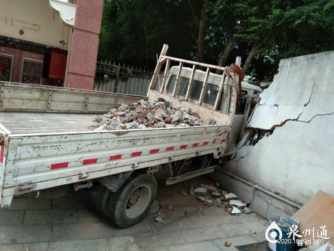 刹车失灵,货车撞穿围墙!司机在安全带保护下未受伤