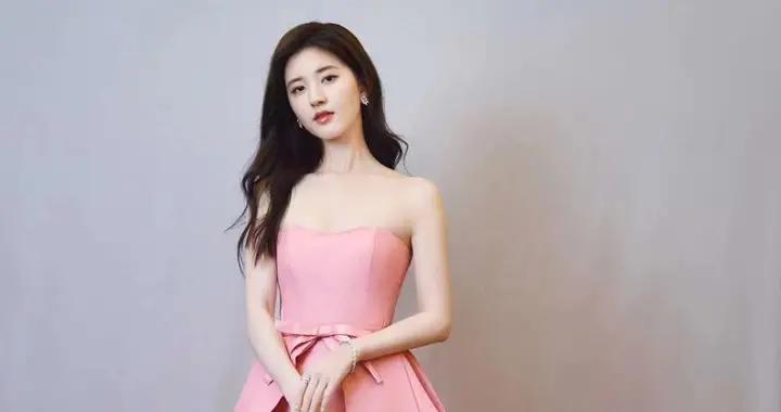 赵露思身着粉色抹胸摆尾长裙 灵动优雅