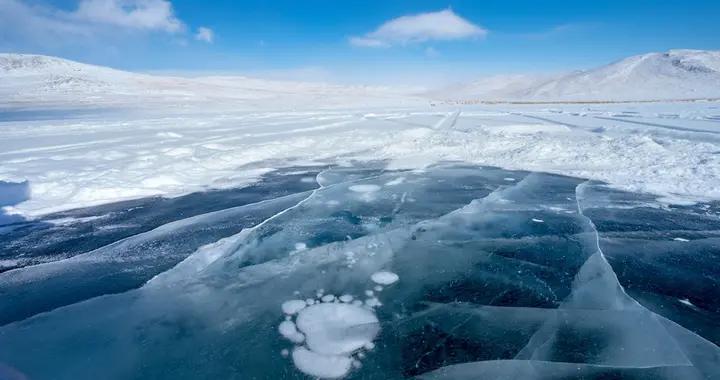 """贝加尔湖冬日宛如冰雪仙境""""气泡冰""""吸引眼球"""