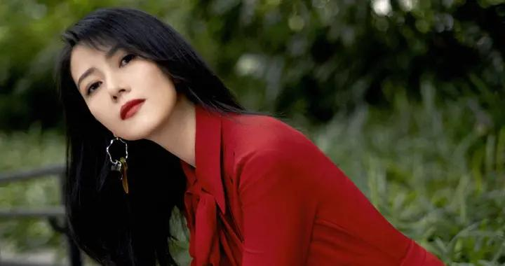 高圆圆的气质绝了!把俗气的大红裙穿得如此高级惊艳,女神范十足
