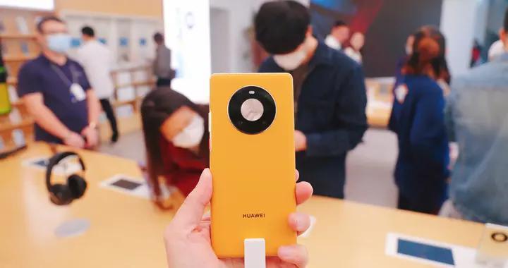 华为5G智能手机Mate40预售火爆 消费者专卖店争相体验真机性能